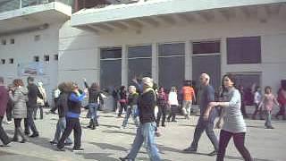 Еврейские танцы, как способ национального единения. Jewish dance. Tel Aviv.(Моё старое видео (февраль 2013 г.) На набережной в Тель-Авиве, в выходной день, заснял вот такие хороводы. Любо..., 2015-02-10T00:22:53.000Z)