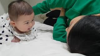 5개월 로운이 엎드린 로운이가 침대에서 엄마랑 놀아주기