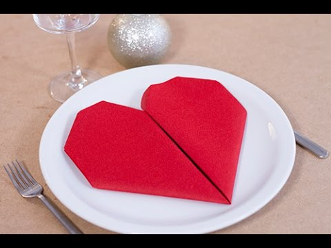 Diy saint valentin pliage de serviette en forme de coeur for Pliage serviette rose