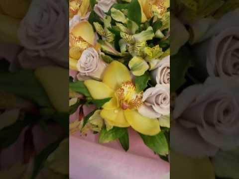 Букет из роз и орхидей в сезале
