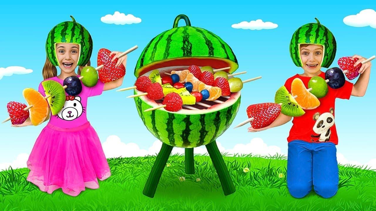Anita finge jugar en una juguetería | frutas y verduras para niños | Competir en la cocina