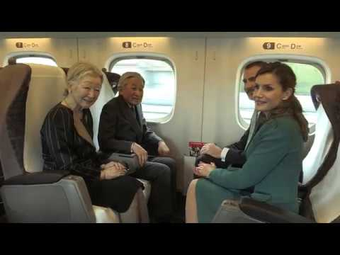 SS.MM. los Reyes en el Tren Shinkansen con destino a la ciudad de Shizuoka