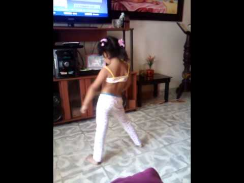 Niña caleña de 4 años bailando champeta