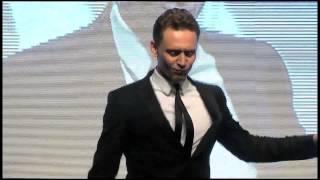 Thor: Un Mundo Oscuro - Tom Hiddleston baila en la presentación del film en Corea