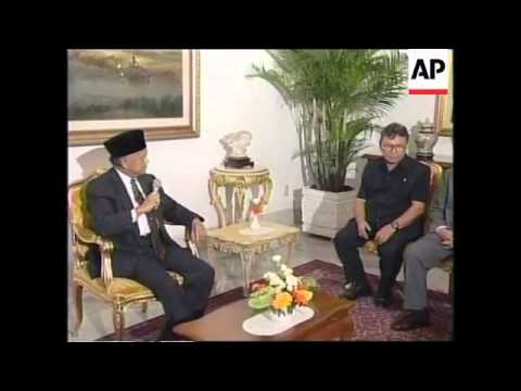 INDONESIA: ELECTIONS: HABIBIE MEETS ELECTION COMMISSIONER (V)