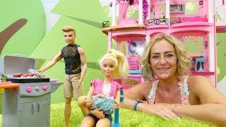 Video für Kinder mit Puppen. Barbie und Ken in Nicoles Hotel.