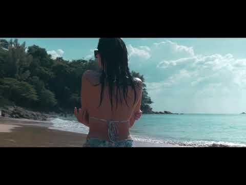 Пляж на Пхукете. Красивая девушка на пляже.