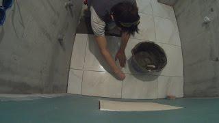 видео Укладка напольной плитки в ванной