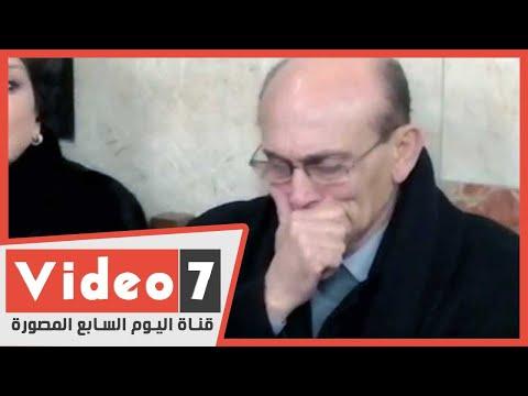 بالدموع.. محمد صبحي يقبل رأس ابنة الكاتب لينين الرملي في عزائه  - 18:59-2020 / 2 / 10