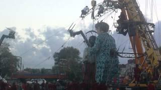 Le coucher de la grand-mère et du petit géant. Royal de Luxe 2014.