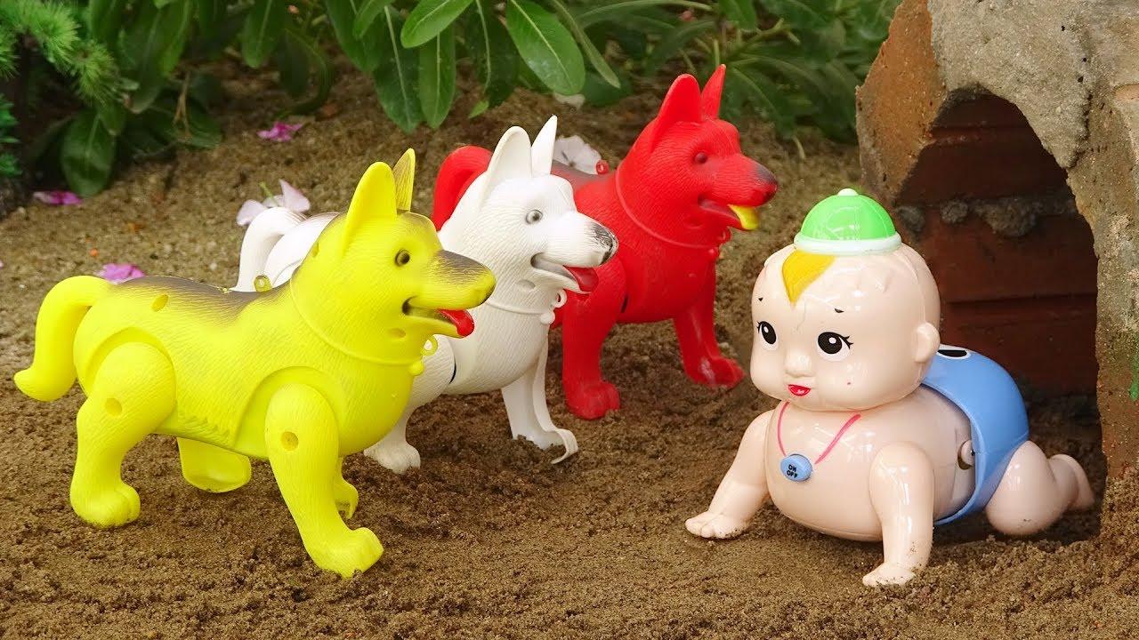 Em bé chơi đá bóng với bạn chó, cá sấu, bò – đồ chơi trẻ em FMC B1389M