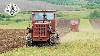 Как в СССР два советских гусеничных трактора Т-4А пашут зябь