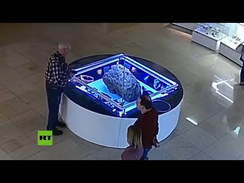 La vitrina que cubre un meteorito en un museo ruso se levanta por sí sola
