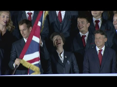 Andy Murray struggles with Olympic flag-bearing duties