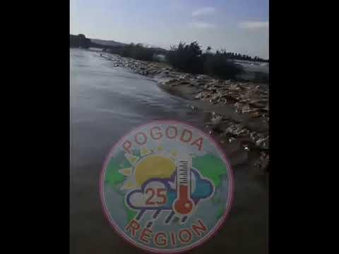 «Ужас»: на видео сняли, как КамАЗ утонул в Приморье