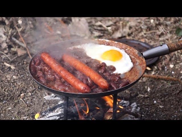 Leśne gotowanie. Fasola w sosie barbecue. Patelnia bushcraftowa - Muurikka.