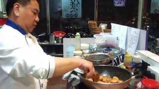 尤瑞昌師傅現場即煮黃金蝦。用心制作。細爐細鑊一樣可以做到好出品。請大家多D支持我地飯飯掂。多謝。多謝。