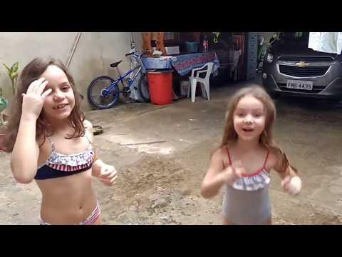 Tomando banho de mangueira ▶5:56