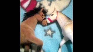 Как сделать уздечку из резинок и щетки для лошади