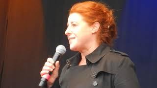 Luise Kinseher auf der Abschlusskundgebung der Demo #ausgehetzt