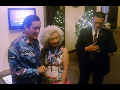 Ma Ying-jeou obliges photos with crowds for over 10 minutes in Malacca