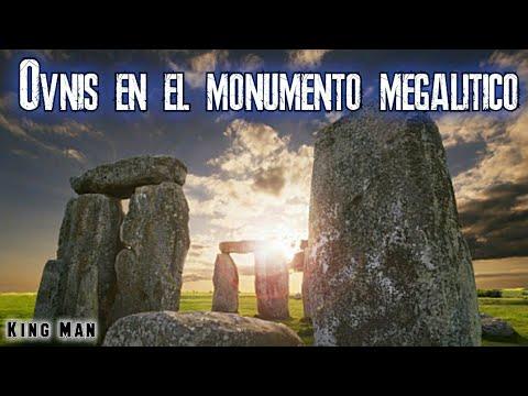 Ovnis o esferas luminosas separándose en el monumento de Inglaterra Stonehenge