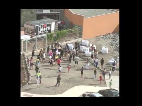 Vecinos de Mogán protestan por la agresión de unos inmigrantes a un joven de Arguineguín