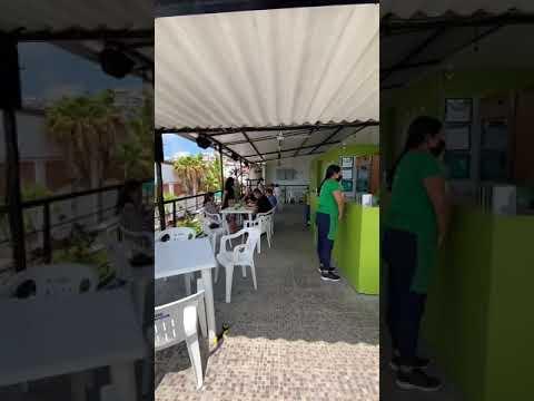 Restaurante de AGUACHILES en PUERTO VALLARTA   TODAS LAS CERVEZAS SON CAGUAMAS 😱   Diana y Aarón