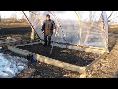 видео: Мини-теплица. Накрытие самодельной мини-теплицы