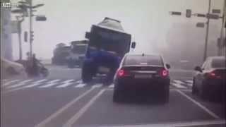 فيديو مروع لشاحنة تسحق سيارة وتقتل 3 اشخاص كانوا بداخلها