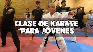 Clase de karate para jóvenes