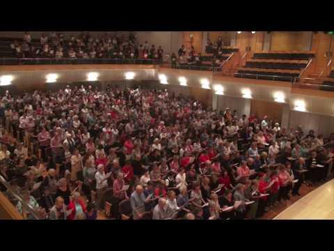 Sydney Flash Mob Choir Sings I Am Woman