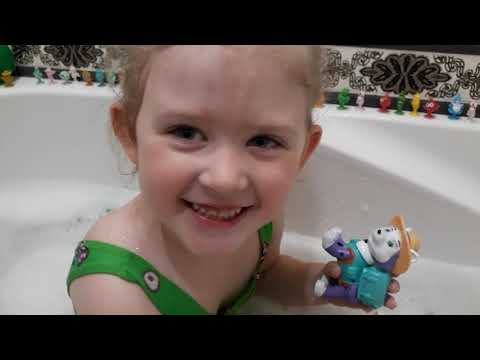 Детское видео.Видео для малышей.Ребёнок купается в ванной с игрушками.