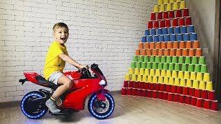 Разбиваем Гигантские пирамиды из стаканчиков Мини байком и Мотоциклом из будущего.