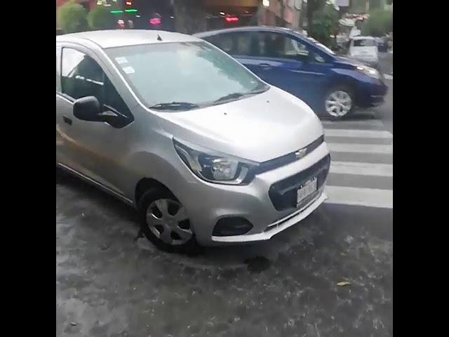 Vehículo estorbando paso peatonal en Tajín y C. B.