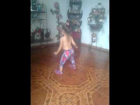 nina bailando reggaeton