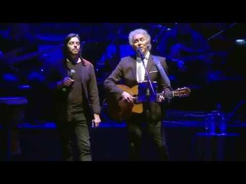 Yaco Gonzalez et Jairo interprétant Gracias a la Vida -