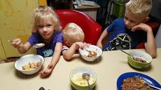Утро, собираемся в школу, завтрак вкусным нежным блюдом