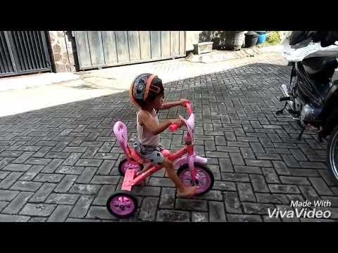 Mainan anak, naik sepeda roda tiga lagu kring kring ada sepeda