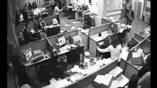 Pazzia in ufficio. Distrugge tutto!!
