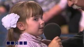Маленькая девочка поет опенинг My Little Pony
