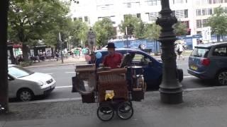 Шарманщик Берлин. Шарманка поёт о жизни | Leierkasten Berlin | Barrel-shaped organ in Berlin