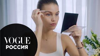 Луна Бийль показывает как сделать легкий сияющий макияж Vogue Россия
