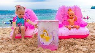 स्टेसी डॉल के साथ समुद्र में खेलती है