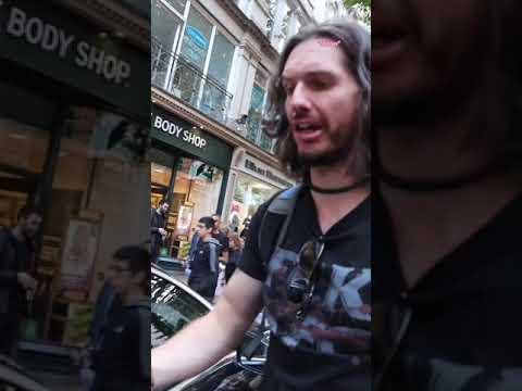 Vegano come hamburguesas frente a protesta vegana