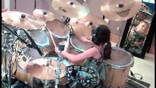 Маленькая девочка играет на барабанах  Круто!