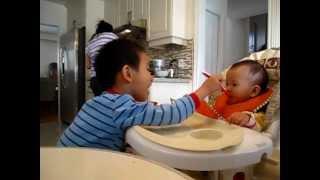 阿丹寶哥哥餵妹妹吃飯