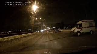 Скорая помощь разбилась на метромосту (19.01.2018)