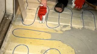 выравнивание по теплым полам перед укладкой плитки(Рассмотрим преимущества заливки матов теплого пола финишным ровнителем: 1 Меньший расход клея 2 Более..., 2012-07-26T06:56:46.000Z)