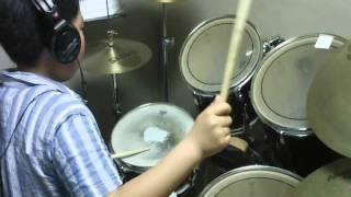 小学生高学年です、力強くとても安定した演奏です.